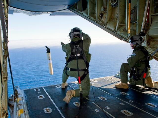 Mitglieder der australischen Luftwaffe werfen einen GPS-Sender ins Meer.