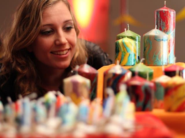 Die Ruhe vor dem Sturm: Florence Fischer bewundert die Kerzen, kurz darauf sind alle verkauft.