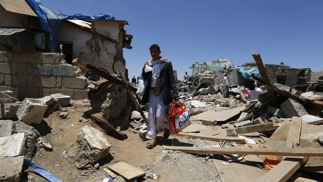 Chasas destruidas en il Jemen.