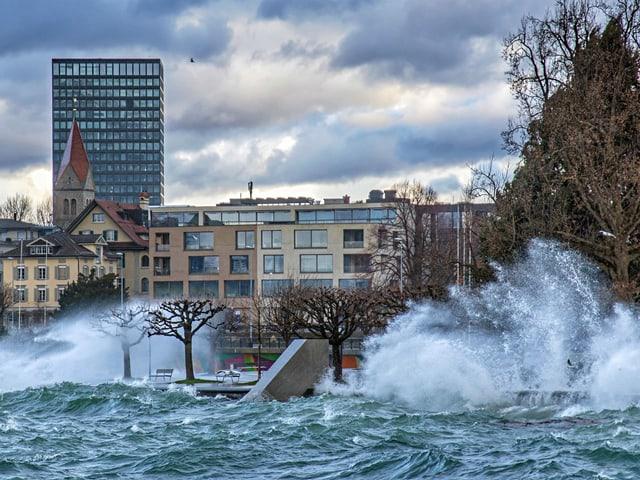 Wellen treffen auf das Ufer beim Zugersee