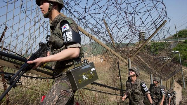Schuldads da la Corea dal Sid sin il cunfin cun la Corea dal Nord.