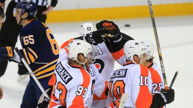 Die Flyers-Spieler um Mark Streit (verdeckt) bejubeln das Tor zum 2:1.