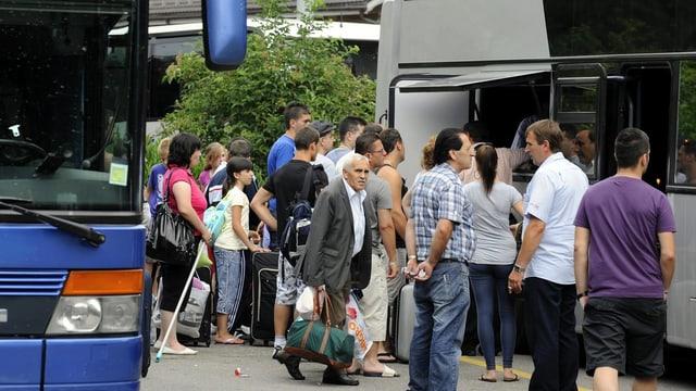 Menschen warten, um in einen Fernbus zu steigen.
