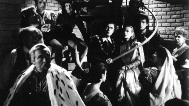 Mehrere Leute sitzen um und auf einer Wendeltreppe.