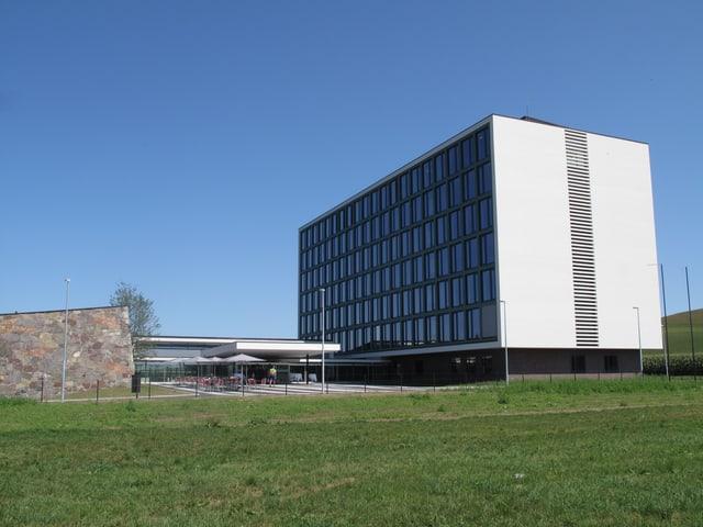 Ein grosses, weisses, quadratisches Gebäude.