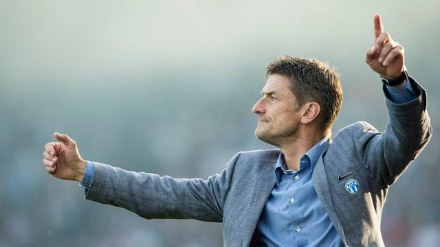 FCZ-Trainer Urs Meier gestikuliert während eines Spiels.