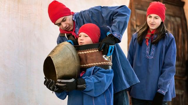 Kinder in traditioneller Kleidung am Chalandamarz