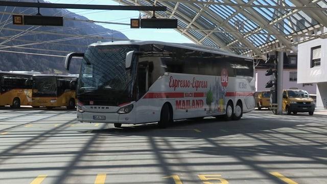 Ein Bus der deutschen Bahn im Busbahnhof in Chur.