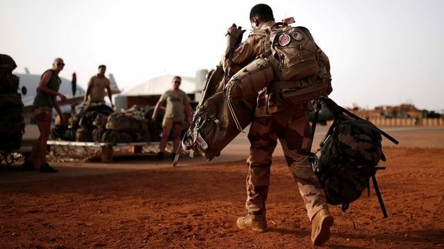 Ein französischer Soldat macht sich mit viel Gepäck für die Operation Barkhane in Mali bereit.