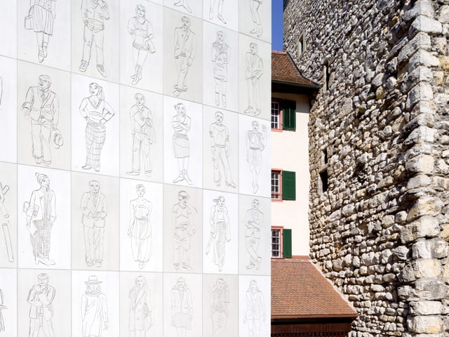 Betonplatten mit Figuren.