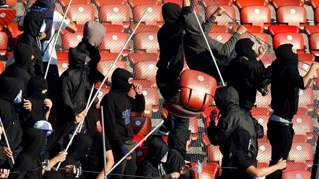 Hooligans in einem Fussballstadion.