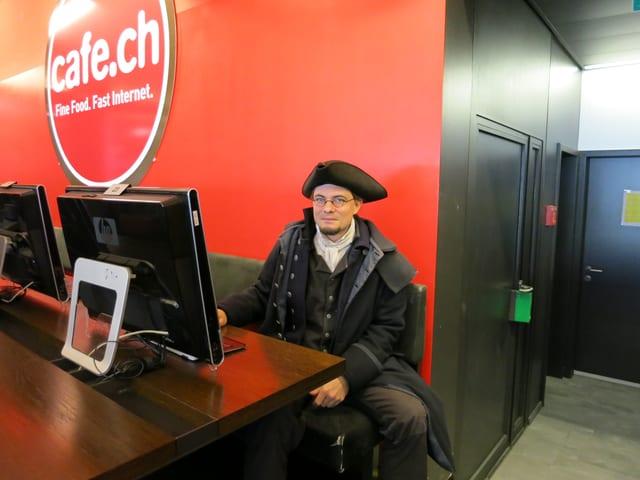Fordert mehr Transparenz in der öffentlichen Verwaltung: Pirat Peter Keel im Internet-Café