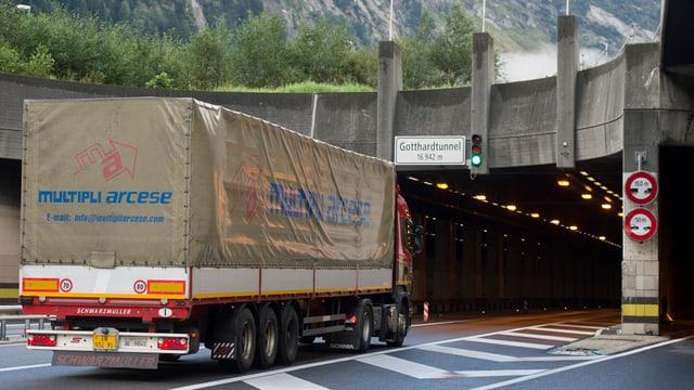Lastwagen vor dem Gotthard-Nordportal der Autobahn A2.