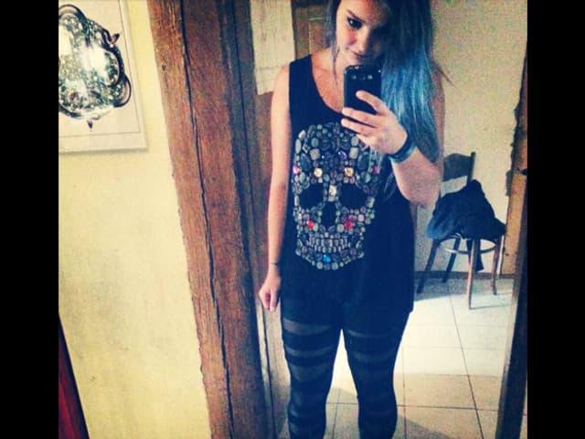 Maira mit Totenkopf-Shirt.