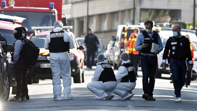 Zu sehen Polizisten am Tatort.