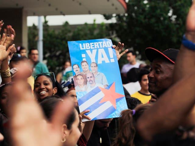 Menschen feiern in Havanna – ein Schild mit der Aufschrift «Libertad ya!» ist zu sehen.