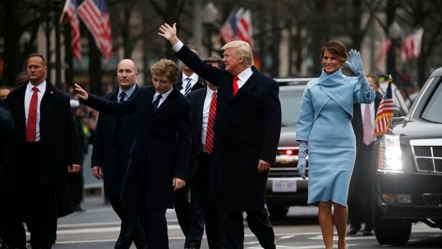 Donald Trump mit Frau Melania und Sohn Barron auf dem Weg zum Weissen Haus.