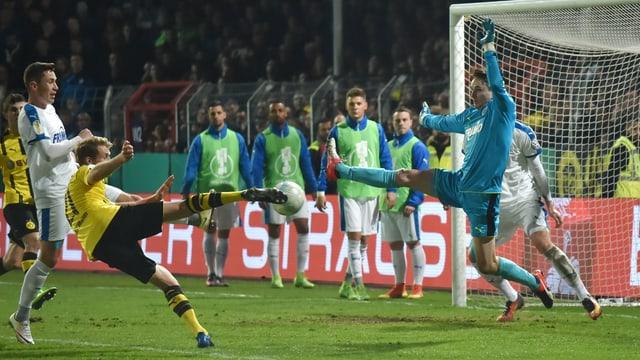 André Schürrle schiesst ein Tor