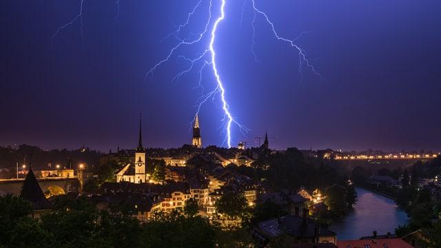 Ein Blitz schlägt in Bern ein