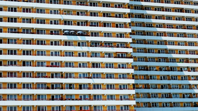 Fassade einer Plattenbausiedlung, ca. 10 riesige Stockwerke mit identischen Wohnungen.