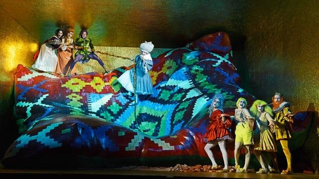 Auf der Bühne des Schauspielhauses Zürich steht ein überdimensionales Kissen