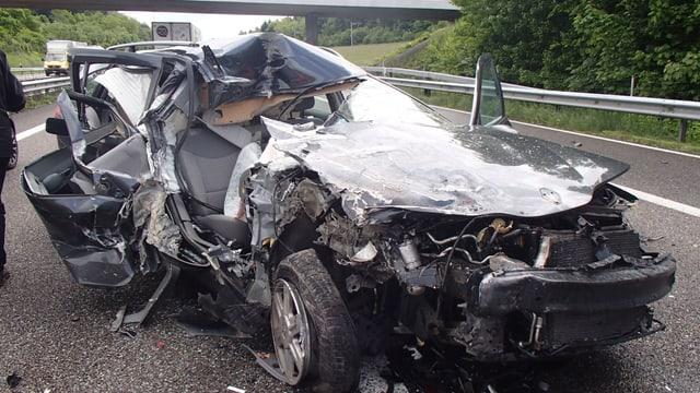 Der Renault Laguna des Unfallverursachers hat Totalschaden erlitten. Der Motorraum ist eingedrückt, die Räder zu Boden gedrückt und das ganze Dach ist mit voller Wucht gegen hinten gedrückt worden.