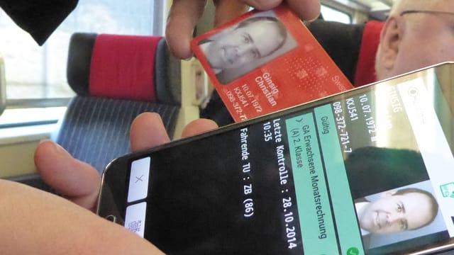 Der «Swisspass» und ein Mobiltelefon