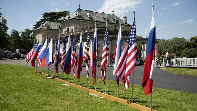 Abwechselnd Flaggen der USA und Russlands vor der Villa La Grange