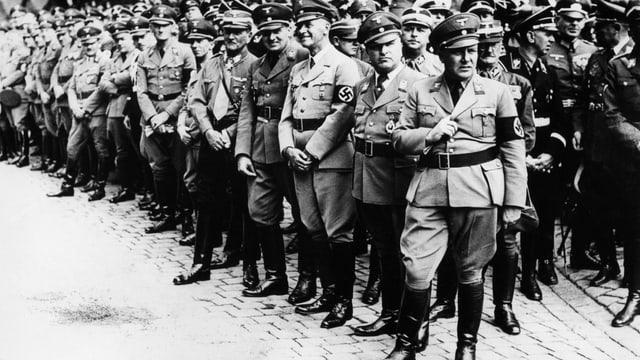 eine schwarz-weiss Aufnahme von Nationalsozialisten in Uniform