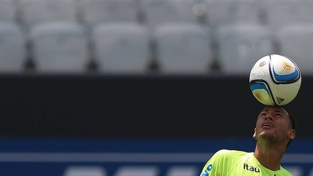 Neymar jongliert den Ball auf dem Kopf