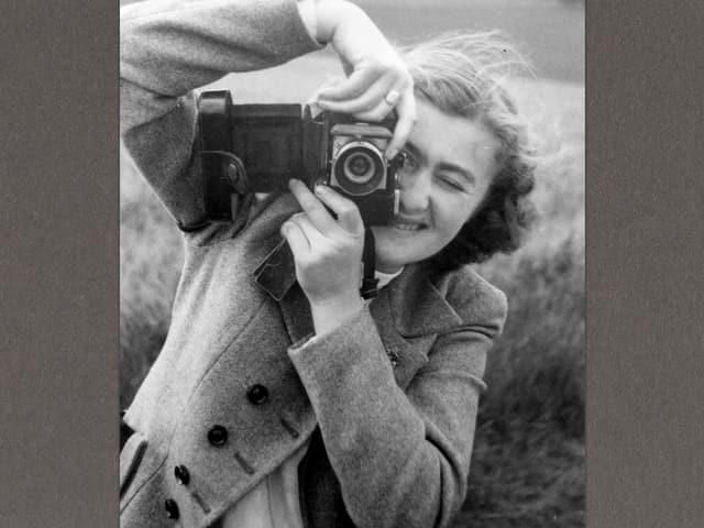 Die junge Joyce Almeida fotografiert.