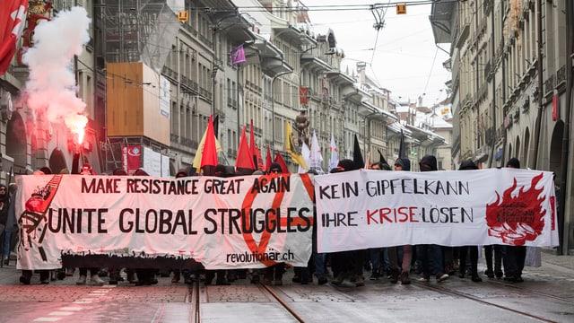 Pliras tschient persunas èn idas sin via a Berna per demonstrar cunter il WEF.
