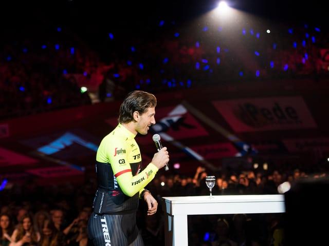 Cancellara ergreift im Velodrom in Gent das Wort.