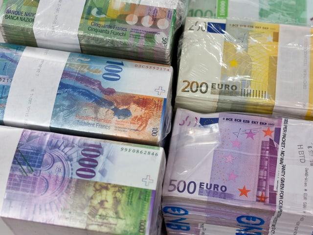 100 und 1'000 Franken Bündel und Euroscheine liegen in der Kantonalbank.