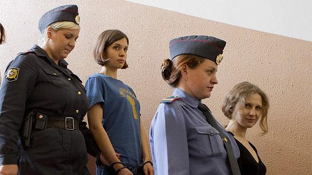 Die zwei jungen Frauen Maria Aljochina und Nadeschda Tolokonnikowa werden abgeführt.