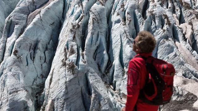 Ein Bergsteiger betrachtet den Bifertengletscher auf rund 2450 Metern über Meer hoch über Linthal GL.