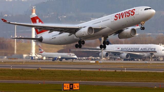 Swiss-Flugzeug beim Start.