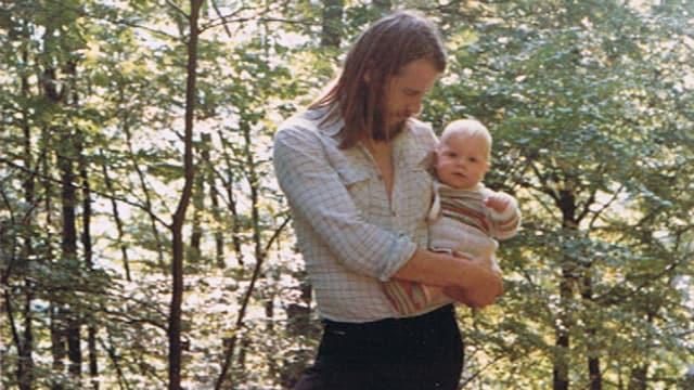 Joschi Kühne mit Baby auf dem Arm.
