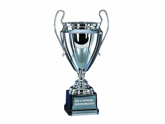 Naja, er sieht vielleicht nicht exakt so aus – aber Pokal ist Pokal, nicht?