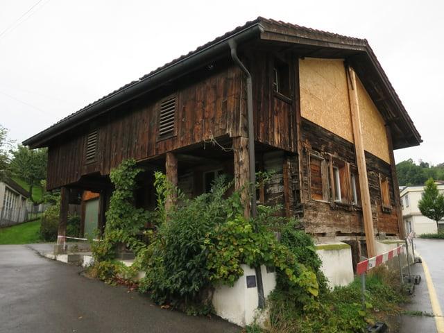 Um dieses Holzhaus in Steinen gibt es ein «Gestürm». Der Besitzer möchte es gerne abreissen.
