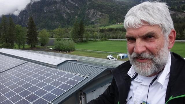 Christian Hassler da l'Energia Alternativa SA davant ses pli grond project solar ch'el ha realisà ils davos 31 onns ch'el lavura en la branscha.