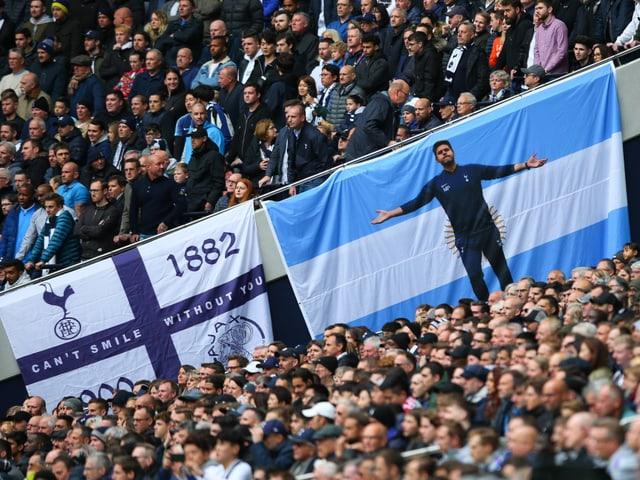 Fans mit Argentinien-Flagge und Pochettino drauf