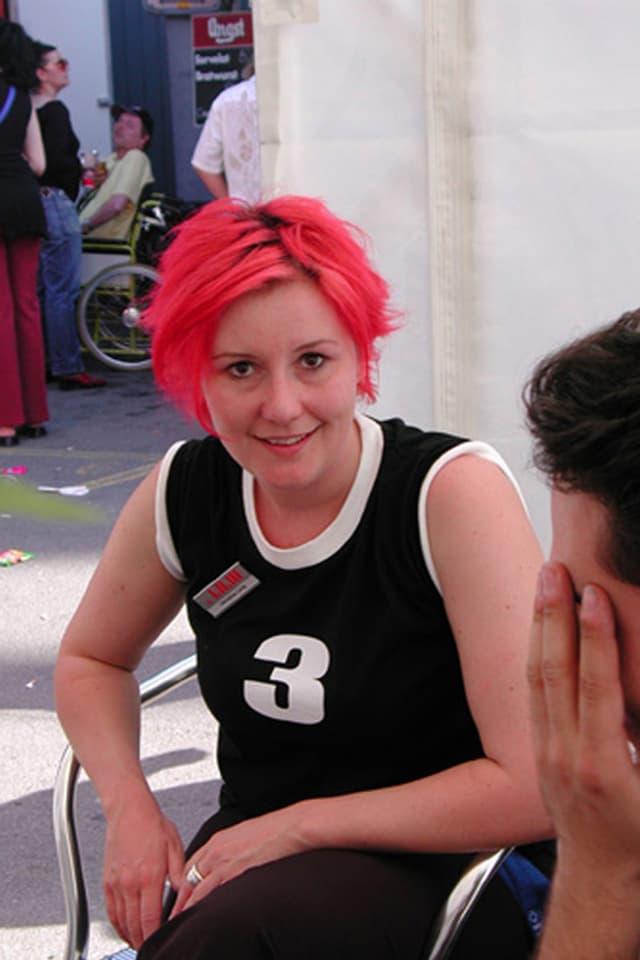 Christine Lang mit pinkem Haar.