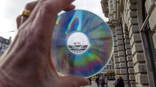 Symbolbild einer CD mit Steuerdaten vor einer UBS-Filiale
