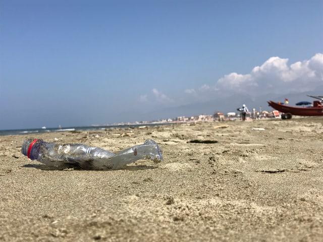 Eine PET-Flasche, achtlos weggeworfen am Strand von Viareggo.