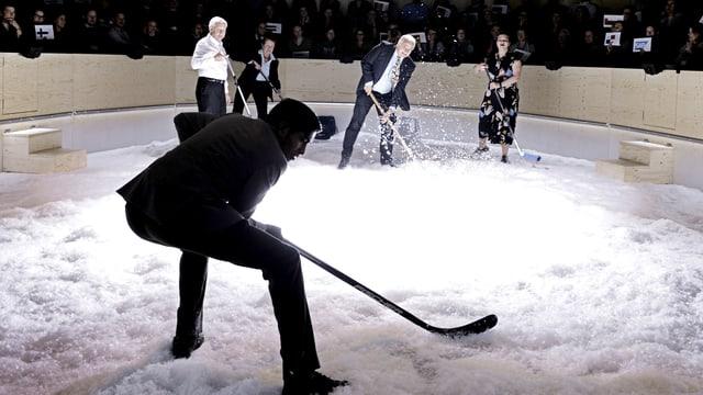 Spielen Hockey auf Kunstnebel: Ganga Jey Aratnam, Otto Brändli, Cécile Molinier, Hans Peter Michel, Sofia Sharkova in «Weltzustand Davos».
