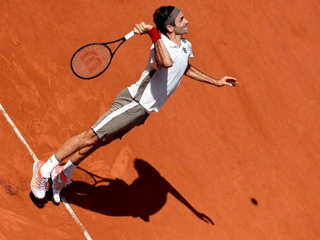 Roger Federer bei einem Aufschlag