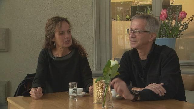 La schurnalista Susanne Holthuizen e l'um da camera Matthias Moser.