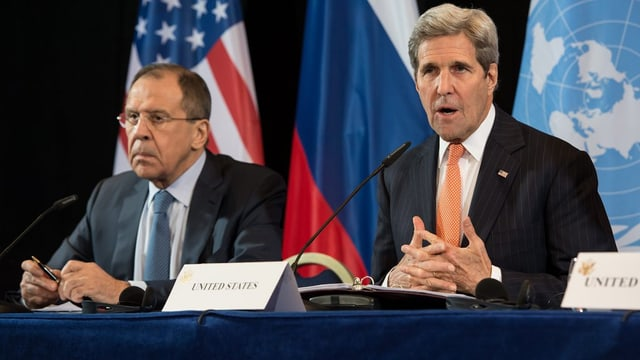 Sergei Lavrov, il minister da l'exteriur da la Russia (san). e ses collega d'uffizi dals Stadis Unids, John Kerry (dre.)