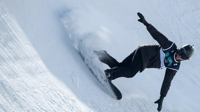 Iouri Podladtchikov landet nach einem Sprung in der Pipe.